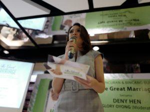 """News Presenter KompasTV, Glory Oyong memandu acara peluncuran buku """"The Great Marriage"""""""